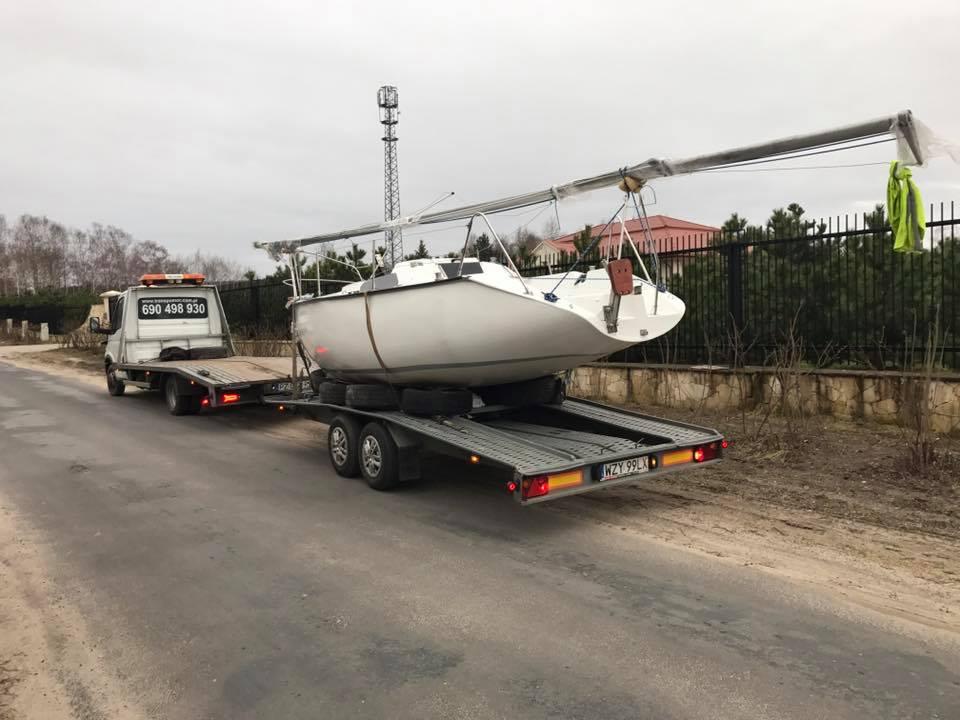 Holowanie łodzi na lawecie